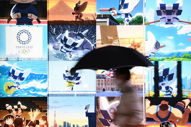 東京都庁近くの地下通路に表示されている東京五輪のマスコット=2021年1月23日、東京都新宿区、諫山卓弥撮影