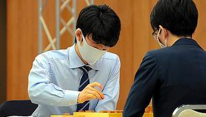 本戦2回戦で、豊島将之竜王(右)と対局する藤井聡太二冠=17日