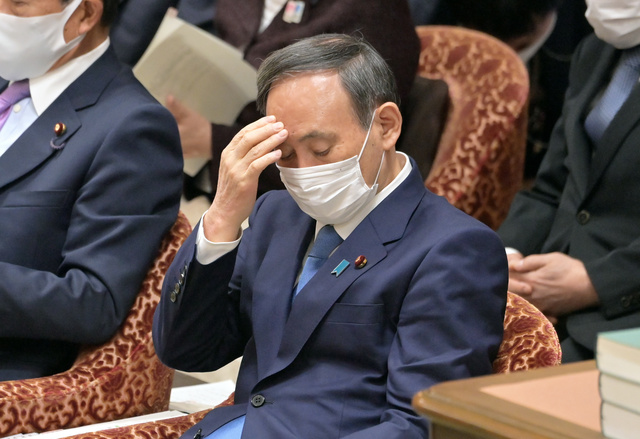 衆院予算委で自民党の上野賢一郎氏の質問を聞く菅義偉首相=2021年1月25日午前10時39分、恵原弘太郎撮影