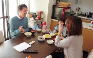 妻や娘と食卓を囲むパソナグループの岡田智一さん。淡路島へ移住してから家族で過ごす時間が増えたという=2020年12月10日朝、兵庫県淡路市、加茂謙吾撮影