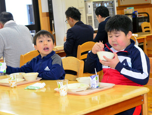 「鬼滅の刃」にちなんだ給食を味わう児童たち=2021年1月25日午後0時43分、関市立板取小学校、松永佳伸撮影