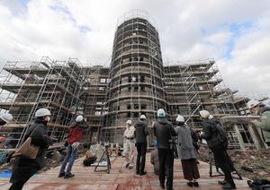 報道陣に公開された保存工事中の原爆ドーム=2021年1月27日午前9時46分、広島市中区、上田潤撮影