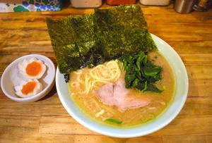 「モーニング」の豚骨ラーメン。味玉付き=2021年1月27日午前7時半、東京・吉祥寺の洞くつ家
