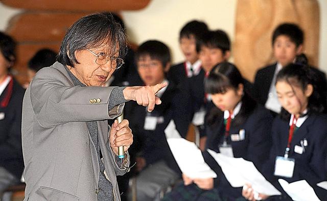万葉みらい塾では、子どもたちと対話しながら『万葉集』の魅力を説いた=2008年、宮城県岩沼市