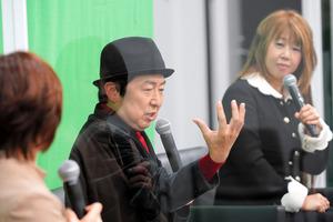 笠井信輔さんと妻の茅原ますみさん(右)。左は聞き手の原元美紀さん=2021年1月17日午後、東京都千代田区、上田幸一撮影