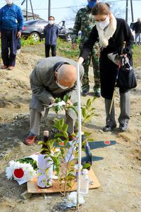 終戦の日に零戦が墜落したとみられる現場で、操縦士を慰霊する杉山栄作さん(手前)=2021年2月23日、千葉県大多喜町、稲田博一撮影