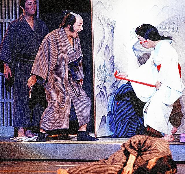 由利徹が座長を務めた「雲の上団五郎一座」日劇公演で、佐山俊二(右)と=1977年