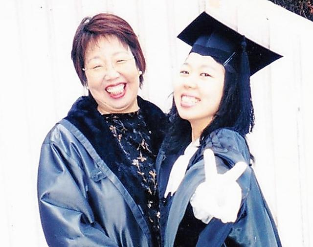 ALSを発症する前の千葉淑子さん(左)と芙美さん=芙美さん提供