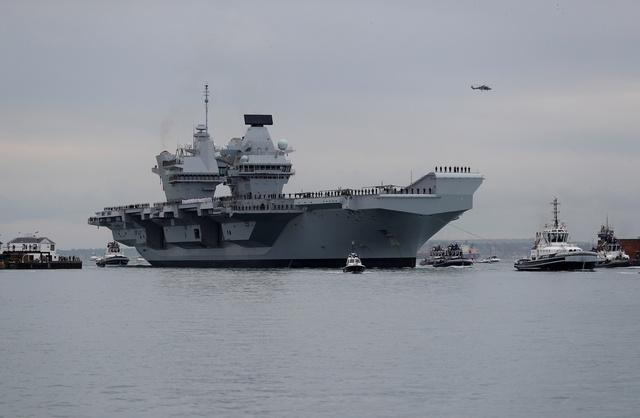 ポーツマスに入港した英海軍空母「クイーン・エリザベス」=2017年8月16日、ロイター