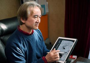 デジタル分野の先駆者としても知られ、現在はタブレットやパソコンで執筆する。「晩年視力で苦しんでいた石ノ森先生にも使ってもらいたかった」=伊ケ崎忍撮影