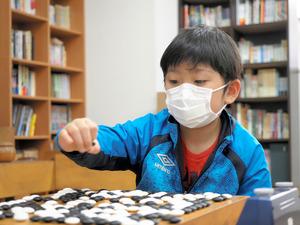 囲碁を始めて3年あまりの藤田怜央くん。どんどん強くなり、いまはプロに先で打つ=大阪市北区西天満の大阪こども囲碁道場