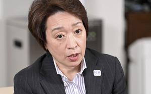 インタビューに答える東京五輪・パラリンピック大会組織委員会の橋本聖子会長=2021年2月26日午後、東京都中央区、代表撮影