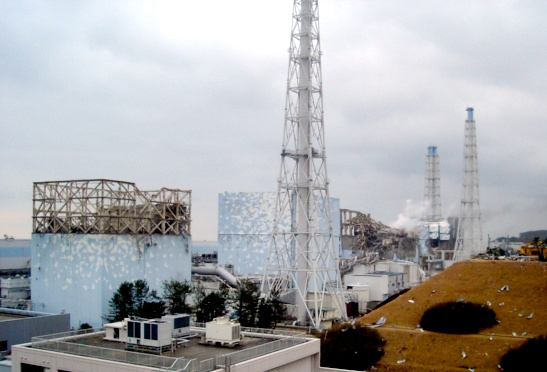 2011年3月15日の福島第一原発。手前から1号機、2号機があり、その間に排気筒がある。1号機のベントで内部が高濃度の放射性物質で汚染された。2号機のベントは成功しなかった=東京電力提供