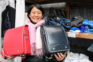 学用品の寄付型リサイクルショップを営む逢沢亜月さん=2021年2月17日午前9時12分、愛媛県伊予市灘町、照井琢見撮影