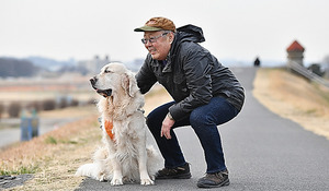 多摩川の土手で愛犬のテオと=門間新弥撮影
