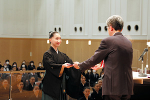 卒業式に臨んだ第107期生=2021年3月3日午前、兵庫県宝塚市、宝塚音楽学校提供