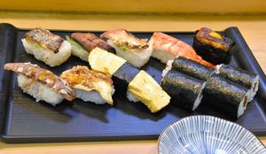 やよい鮨で提供の始まった「加熱寿司」。自慢の穴子のにぎりは、70年継ぎ足しの秘伝のたれを使っている=東京都江東区森下3丁目