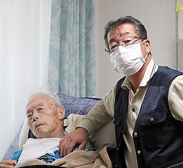 「最後まで面倒を見たい」。今野政憲さん(左)を介護する譲さんはそう話す=2020年12月、福島県二本松市