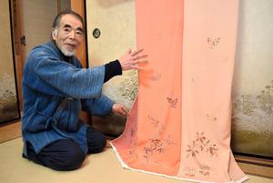 京都府南丹市で栽培された茜を使い、着物を制作した友禅師の山本晃さん=2021年2月21日午後4時13分、京都市北区、佐藤美千代撮影