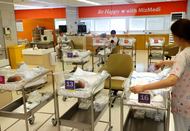 ソウルの病院の新生児室。2018年以降、韓国の出生率は1を下回っている=18年7月、東亜日報提供