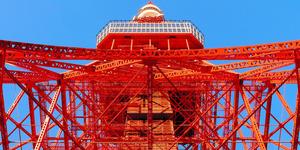 真下から見上げた東京タワー。国の登録有形文化財でもある=東京都港区、林敏行撮影