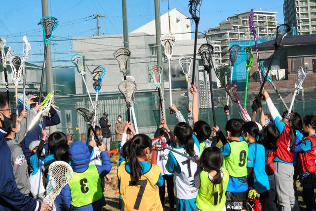 クロスと呼ばれるスティックを掲げて団結する世田谷マグピーズの子どもたち