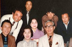 前列右の塚本邦雄さんら同人誌「極」に携わった歌人たちとの一枚。後列右端が本人=1978年、日本現代詩歌文学館提供
