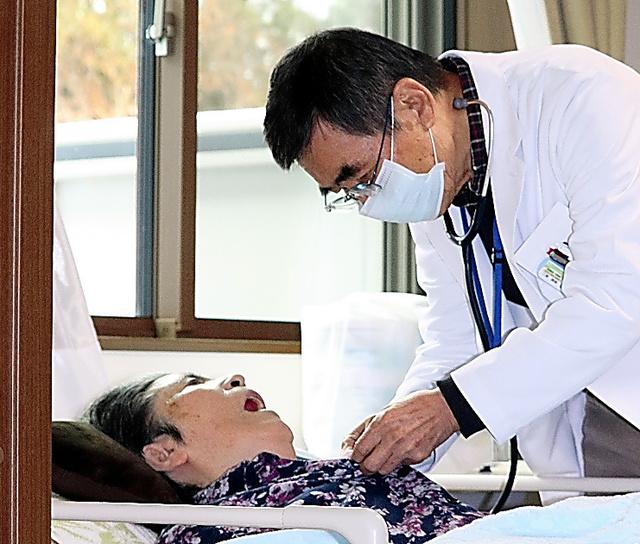 後藤冨美子さん(左)を診察する関根俊二医師=2020年12月、福島県二本松市