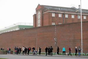 1日、英南部レディングの旧刑務所の外壁に残されたバンクシーの絵=ロイター。4日になってバンクシーが自身の作品だと認めた