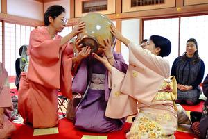 コロナ禍の前の「大茶盛」は特大の茶わんを数人で支え、回し飲みしていた=2019年1月15日、奈良市の西大寺、井手さゆり撮影