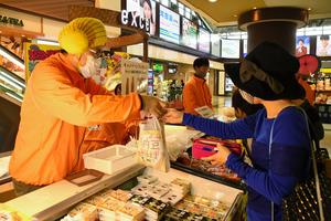 納豆販売イベントの販売ブースでは「わらつと納豆」の特別セールが行われた=2020年11月7日、水戸市宮町1丁目、佐野楓撮影