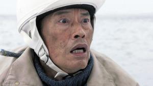 震災で漂流した男性を演じる遠藤憲一=NHK提供