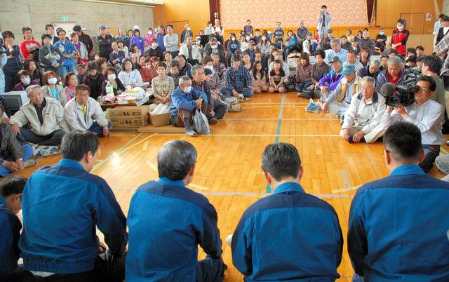 避難所となっている体育館の床に正座し、浪江町民らにおわびする東京電力の清水正孝社長(当時、手前左から2人目)=2011年5月4日、福島県二本松市