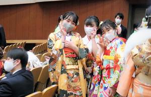 2カ月遅れの成人式に集まった若者たち=2021年3月7日、東京都渋谷区の明治神宮会館、伊藤恵里奈撮影
