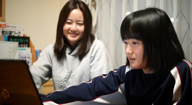 人々の記憶から姉が消えていっても「私の中ではずっと生きている」と話す佐藤珠莉さん(右)。奥は母の美香さん=2021年2月12日、宮城県石巻市、小玉重隆撮影