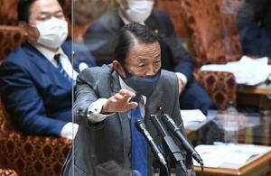 参院予算委で答弁する麻生太郎副総理兼財務相=2021年3月8日午後5時24分、恵原弘太郎撮影