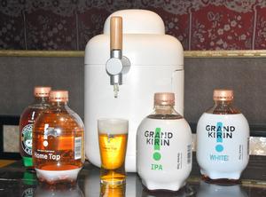 キリンビールの「ホームタップ」のビールサーバーとビール入り容器=2021年3月8日午前10時55分、東京都港区