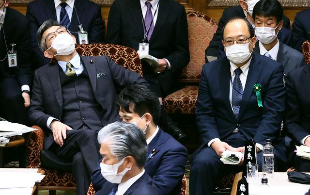参院予算委に出席する武田良太総務相(左)と総務省の谷脇康彦・前総務審議官(右)=2021年3月8日午後2時、恵原弘太郎撮影