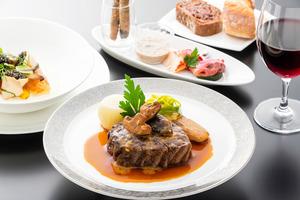 ファーストクラスの洋食(肉料理)のイメージ=ANA提供