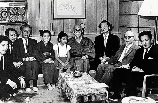 1967年、河出書房新社の編集者時代に志賀直哉さん(中央)宅を訪れたときの一枚。右端が本人=本人提供