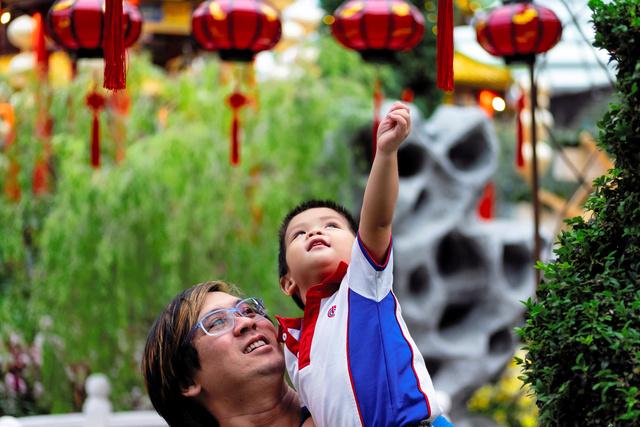 シンガポールで旧正月を祝う親子連れ=2019年1月、ロイター