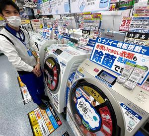 5月23日以降にお届けします――。パナソニック製のドラム式洗濯機が品切れした家電量販店の売り場。担当者は「除菌機能へのお客様の支持は高い。予約も好調」と話す=3月17日、大阪市北区のヨドバシカメラマルチメディア梅田