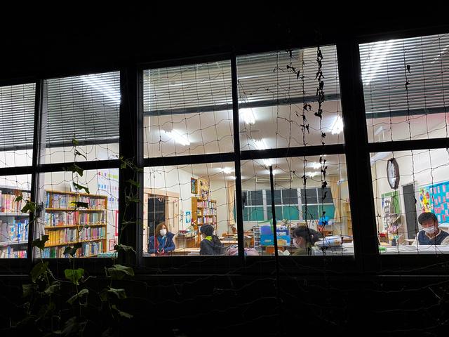 畝傍夜間中学で勉強する生徒たち=2020年12月23日、奈良県橿原市、宮崎亮撮影