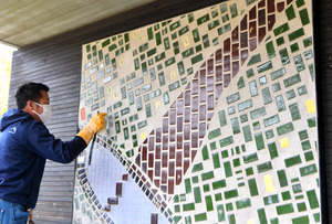 INAXライブミュージアムで復元された丸栄百貨店本館の壁画の一部=2021年2月26日、愛知県常滑市奥栄町、戸村登撮影