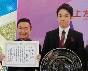 「かまいたち」の濱家隆一さん(右)と山内健司さん=2021年4月10日、大阪市中央区