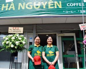 ベトナム料理店を始めたグェン・ティ・グェンさん(右)と友人のブ・ティ・トゥ・ハーさん=2021年4月10日午前10時48分、千葉県松戸市五香南1丁目、青柳正悟撮影