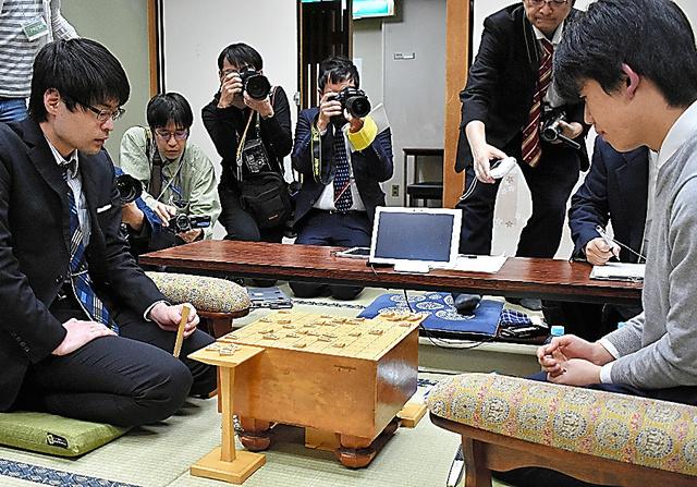 藤井聡太(右)に順位戦では現在唯一の黒星をつけた近藤誠也(左)=2019年2月5日