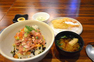 ネギトロやイカ、イクラなどが豪快にのった海鮮丼=2021年2月9日午後、ソウル、清水大輔撮影