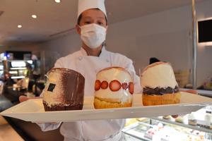札幌グランドホテルの製菓長の高田亮さんと、(左から)マリトッツォのティラミス、いちご、あんこ=札幌市中央区