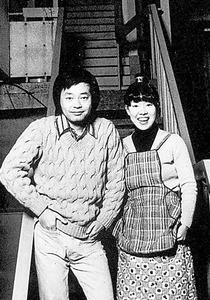 和田誠さん(左)と最初に暮らした東京・青山のアパート前で。「結婚して真っ先に買ったのは手動のかつお節削り器」
